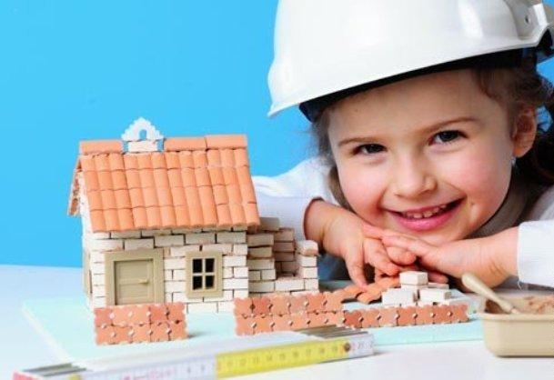 девочка строитель